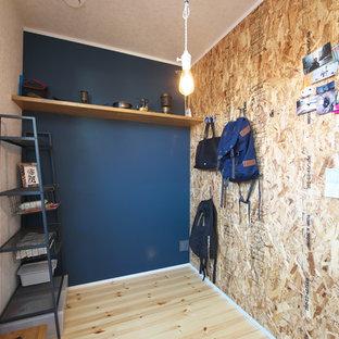 大阪の小さいおしゃれなホームオフィス・仕事部屋 (淡色無垢フローリング、青い壁、黄色い床) の写真