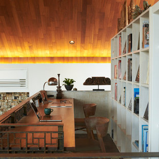 Cette photo montre un bureau asiatique avec un sol en bois foncé, un bureau intégré et un sol marron.