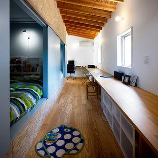 Großes Asiatisches Arbeitszimmer mit weißer Wandfarbe, braunem Holzboden, Einbau-Schreibtisch und braunem Boden in Sonstige