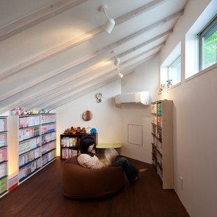 Idéer för mellanstora orientaliska hemmabibliotek, med vita väggar, bambugolv, ett inbyggt skrivbord och brunt golv