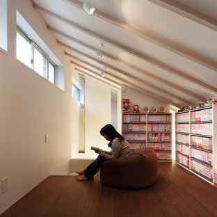 Esempio di un ufficio etnico di medie dimensioni con pareti bianche, pavimento in bambù, scrivania incassata e pavimento marrone