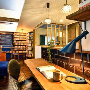 他の地域のインダストリアルスタイルのおしゃれなホームオフィス・書斎 (白い壁、濃色無垢フローリング、造り付け机、茶色い床) の写真