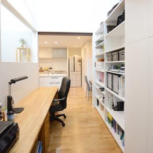 横浜のコンテンポラリースタイルのおしゃれなホームオフィス・書斎 (白い壁、無垢フローリング、造り付け机、茶色い床) の写真