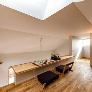 他の地域の小さい北欧スタイルのおしゃれな書斎 (白い壁、無垢フローリング、造り付け机、茶色い床) の写真