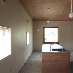 他の地域の小さいモダンスタイルのおしゃれなアトリエ・スタジオ (赤い壁、スレートの床、造り付け机) の写真