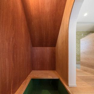 Modelo de despacho madera y madera, nórdico, pequeño, madera, sin chimenea, con paredes marrones, moqueta, escritorio empotrado, suelo verde y madera