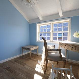 Exemple d'un bureau atelier romantique avec un mur bleu, un sol en bois clair et un bureau indépendant.