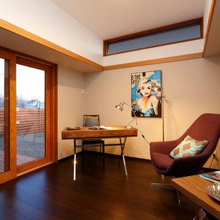 他の地域のコンテンポラリースタイルのおしゃれなホームオフィス・仕事部屋 (白い壁、濃色無垢フローリング、自立型机、茶色い床) の写真
