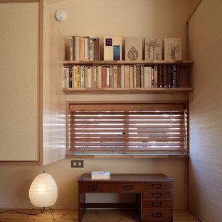 Cette image montre un petit bureau asiatique avec un mur beige, un sol de tatami, aucune cheminée, un bureau indépendant et un sol beige.