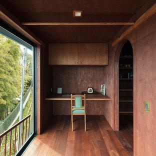 神戸のコンテンポラリースタイルのおしゃれなホームオフィス・書斎 (茶色い壁、濃色無垢フローリング、造り付け机、茶色い床) の写真