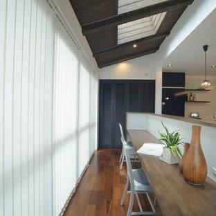 名古屋の中サイズのコンテンポラリースタイルのおしゃれなホームオフィス・仕事部屋 (無垢フローリング、暖炉なし、白い壁、造り付け机、茶色い床) の写真