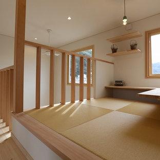 他の地域の小さい北欧スタイルのおしゃれな書斎 (白い壁、畳、暖炉なし、造り付け机) の写真
