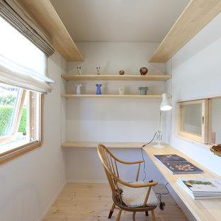 他の地域の北欧スタイルのおしゃれなホームオフィス・仕事部屋 (白い壁、無垢フローリング、暖炉なし、造り付け机、ベージュの床) の写真