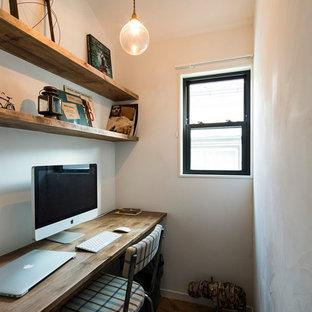 他の地域の小さい北欧スタイルのおしゃれなホームオフィス・書斎 (白い壁、造り付け机) の写真