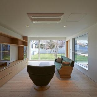 Пример оригинального дизайна: домашняя мастерская в скандинавском стиле с белыми стенами, светлым паркетным полом и печью-буржуйкой