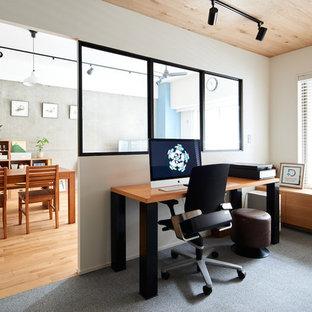 他の地域のインダストリアルスタイルのおしゃれなホームオフィス・書斎 (白い壁、カーペット敷き、自立型机、グレーの床) の写真