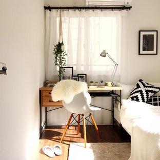 東京23区の小さい北欧スタイルのおしゃれなホームオフィス・書斎 (白い壁、濃色無垢フローリング、自立型机、茶色い床) の写真