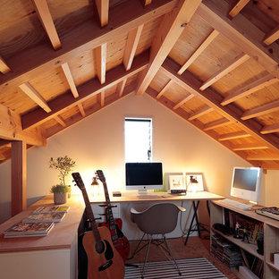 他の地域のカントリー風おしゃれな書斎 (白い壁、無垢フローリング、暖炉なし、造り付け机、茶色い床) の写真