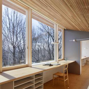 東京都下の北欧スタイルのおしゃれなホームオフィス・書斎 (グレーの壁、淡色無垢フローリング、造り付け机、ベージュの床) の写真