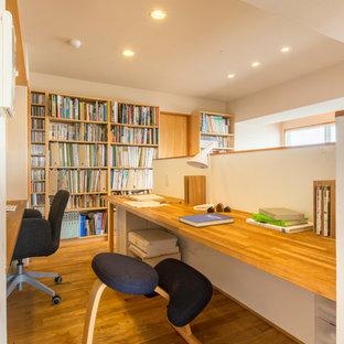 横浜の北欧スタイルのおしゃれなホームオフィス・書斎 (ライブラリー、白い壁、無垢フローリング、自立型机、茶色い床) の写真