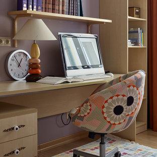 京都のミッドセンチュリースタイルのおしゃれなホームオフィス・書斎 (紫の壁、淡色無垢フローリング、自立型机、茶色い床) の写真