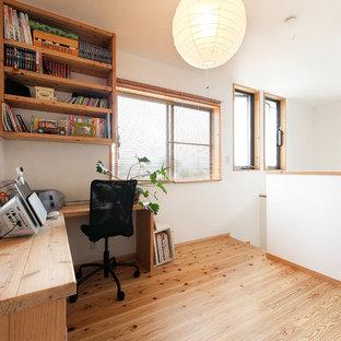 他の地域のアジアンスタイルのおしゃれなホームオフィス・書斎 (白い壁、無垢フローリング、自立型机、茶色い床) の写真