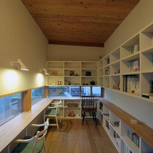 他の地域のアジアンスタイルの書斎の画像 (白い壁、無垢フローリング、造り付け机、茶色い床)