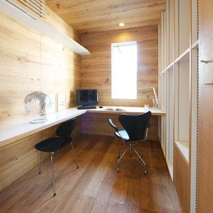 Cette photo montre un bureau scandinave avec un mur marron, un sol en bois brun et un bureau intégré.