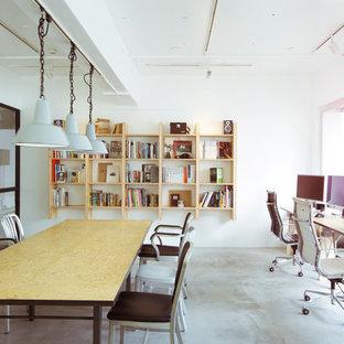 東京23区のコンテンポラリースタイルのおしゃれなアトリエ・スタジオ (白い壁、コンクリートの床、自立型机) の写真