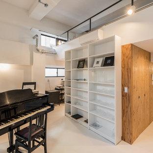 東京23区の中くらいのインダストリアルスタイルのおしゃれなアトリエ・スタジオ (白い壁、クッションフロア、自立型机、白い床) の写真