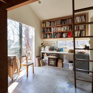 東京都下の小さいインダストリアルスタイルのおしゃれなアトリエ・スタジオ (白い壁、コンクリートの床、自立型机、グレーの床) の写真