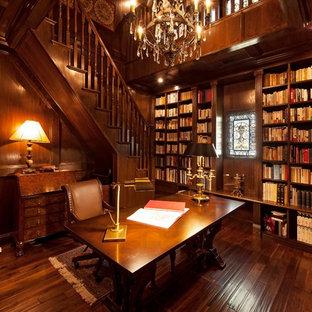 На фото: кабинет в средиземноморском стиле с коричневыми стенами, темным паркетным полом, отдельно стоящим рабочим столом и коричневым полом