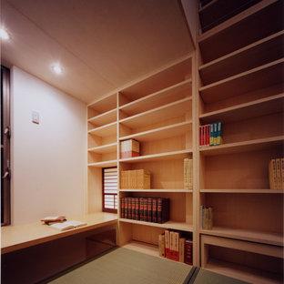 Asiatisches Arbeitszimmer mit Tatami-Boden und Einbau-Schreibtisch in Tokio