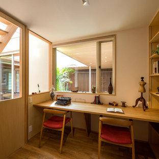 他の地域のアジアンスタイルの書斎・ホームオフィスの画像 (白い壁、無垢フローリング、造り付け机、茶色い床)