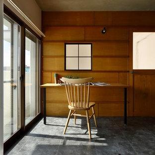 Foto di uno studio moderno di medie dimensioni con pareti bianche, pavimento con piastrelle in ceramica e pavimento grigio