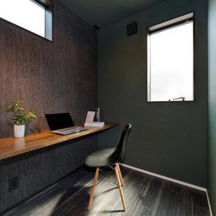 Arbeitszimmer mit Arbeitsplatz, brauner Wandfarbe, dunklem Holzboden, Einbau-Schreibtisch, braunem Boden, Tapetendecke und Tapetenwänden in Sonstige