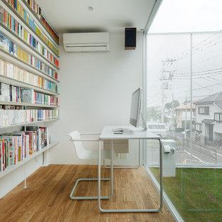 東京23区のモダンスタイルのおしゃれなホームオフィス・書斎 (ライブラリー、白い壁、無垢フローリング、自立型机、茶色い床) の写真