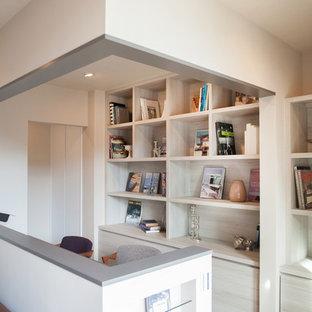 名古屋の中サイズのコンテンポラリースタイルの書斎の画像 (白い壁、淡色無垢フローリング、暖炉なし、造り付け机、白い床)