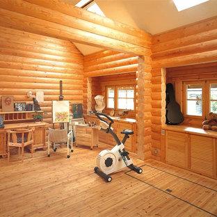 Idée de décoration pour un bureau nordique avec un sol en bois brun et un bureau intégré.