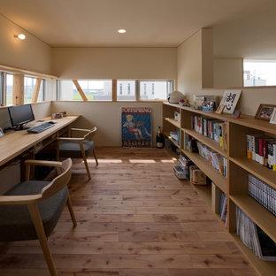 名古屋のコンテンポラリースタイルのおしゃれなホームオフィス・仕事部屋 (ベージュの壁、無垢フローリング、造り付け机、茶色い床) の写真
