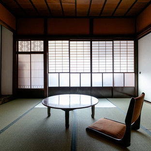 Modelo de sala de manualidades asiática, sin chimenea, con paredes rojas, tatami, escritorio independiente y suelo verde