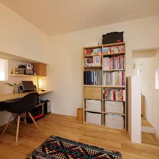 札幌の小さい北欧スタイルのおしゃれなホームオフィス・書斎 (白い壁、無垢フローリング、造り付け机、茶色い床) の写真