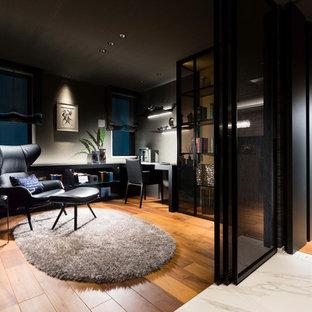 東京23区のモダンスタイルのおしゃれな書斎 (グレーの壁、無垢フローリング、暖炉なし、自立型机、茶色い床) の写真