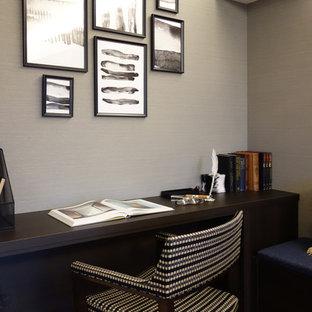 他の地域のミッドセンチュリースタイルのおしゃれなホームオフィス・書斎 (グレーの壁、濃色無垢フローリング、茶色い床) の写真