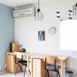 横浜のコンテンポラリースタイルのおしゃれなホームオフィス・書斎 (青い壁、自立型机、ベージュの床) の写真