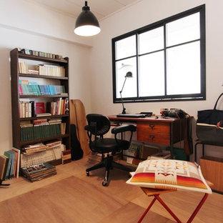 東京23区の中くらいの北欧スタイルのおしゃれなホームオフィス・書斎 (白い壁、無垢フローリング、暖炉なし、自立型机、茶色い床) の写真