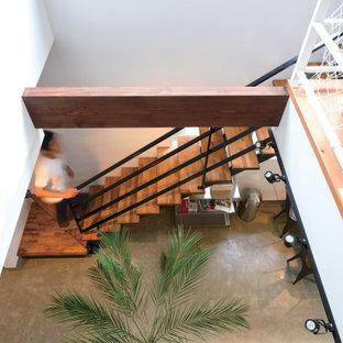 Idéer för ett 60 tals arbetsrum, med ett bibliotek, vita väggar, mellanmörkt trägolv och ett fristående skrivbord