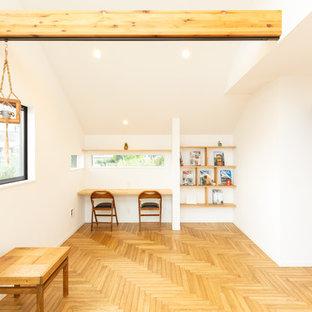 他の地域のモダンスタイルの書斎・ホームオフィスの画像 (白い壁、無垢フローリング、造り付け机、茶色い床)