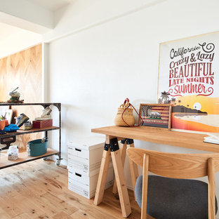 他の地域のビーチスタイルのおしゃれな書斎 (白い壁、淡色無垢フローリング、自立型机、ベージュの床) の写真