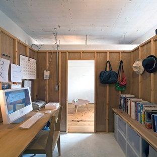 大阪のインダストリアルスタイルのおしゃれなホームオフィス・仕事部屋 (茶色い壁) の写真
